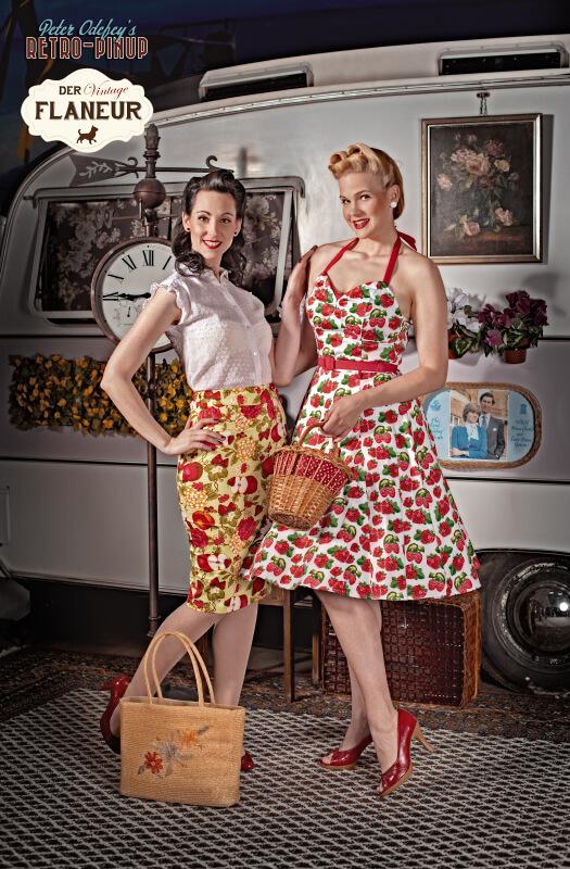 Vintagekleider vor einem Wohnwagen