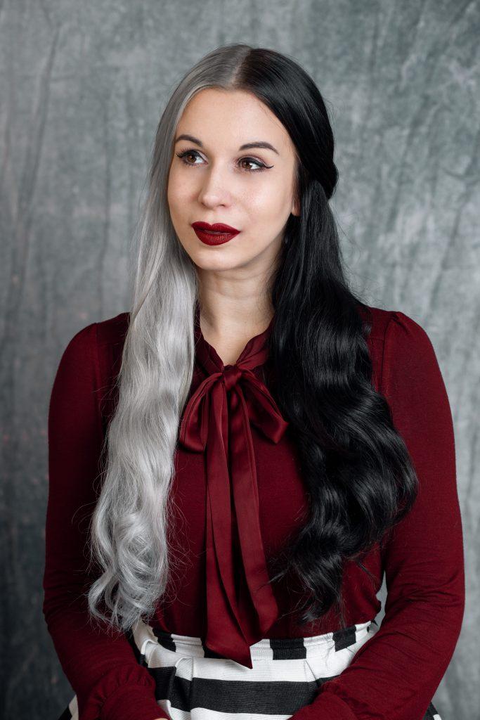 Frau mit 2fach gefärbten Haaren