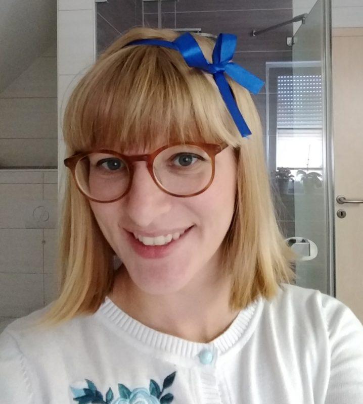 Frau im Retrostil mit Haarband