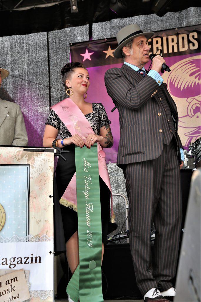 Miss Vintage Flaneur Wahl 2019 Moderator Bert Callenbach mit Miss Vintage Flaneur 2018, Lisa Carter Cash