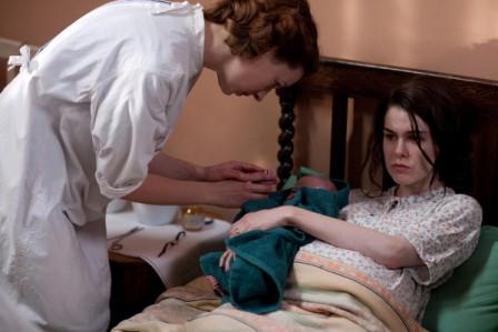 Noch sichtlich erschöpft ist Shirley Redmond (Emma Noakes, r.) nach der Geburt ihres Babys. Jenny Lee (Jessica Raine, l.) untersucht das Neugeborene. Copyright: ZDF/Laurence Cendrowicz