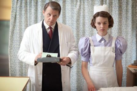 Jenny Lee (Jessica Raine, r.) muss im London Hospital mit dem arroganten Chirurgen Aubrey Tracey (Anthony Calf, r.) zusammenarbeiten. Copyright: ZDF/Laurence Cendrowicz