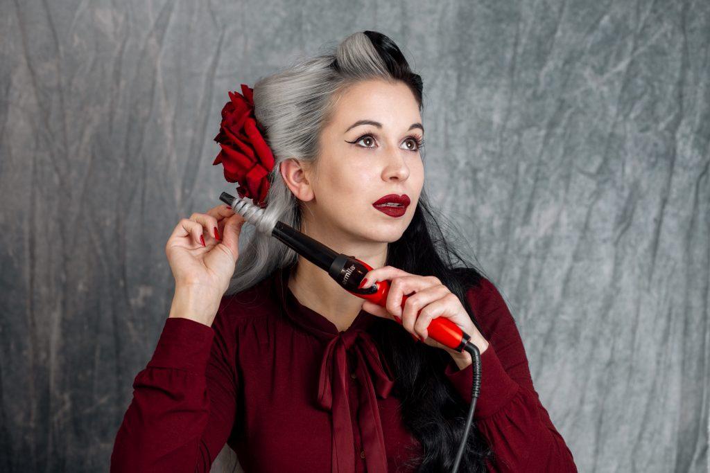 Frau macht Locken mit Lockenstab