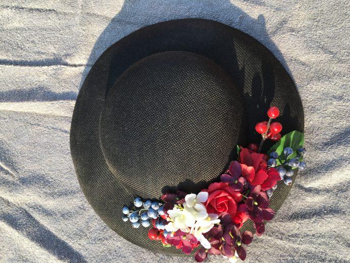 Klassischer Retro Hut mit Blumen