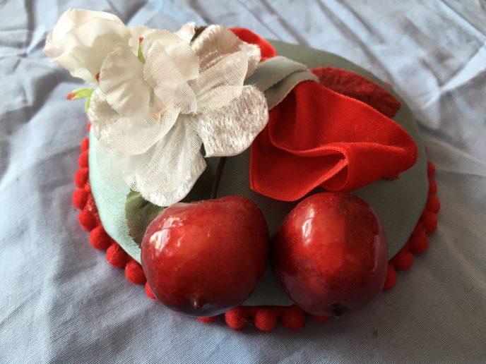 Fascinator mit Kirschen