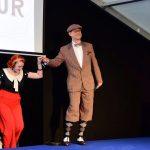 Galant hilft Moderator Bert den Damen zu einer ersten Runde auf die Bühne