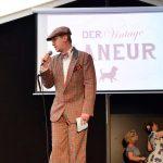 Selbstverständlich ist auch Moderator Bert charmant gekleidet