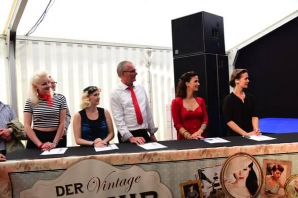 Die Jury beobachtet die Damen aufmerksam