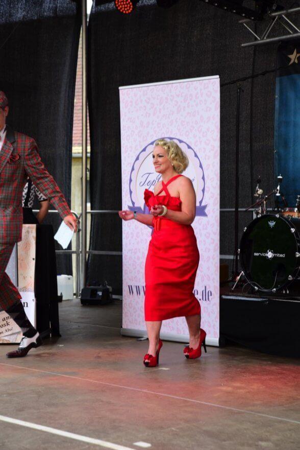 Ganz schön heiß komplett in rot präsentiert sich Jenny Starshine