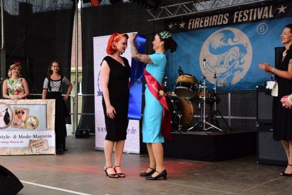 Rose Delicate, die Miss Vintage Flaneur 2016, überreicht Little Miss Richard, Miss Vintage Flaneur 2017, die Schärpe