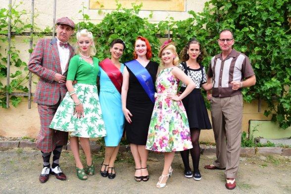 Abschlussfoto mit der Jury und der neuen Miss sowie Moderator Bert