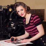 Frau im Vintagestyle vor Druckmaschine