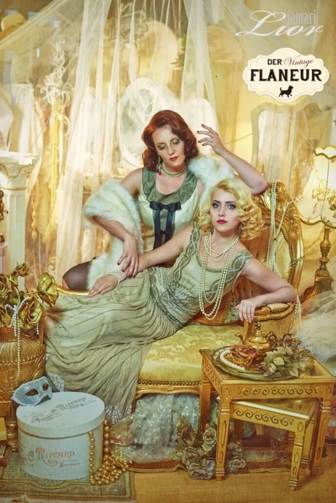 Zwei Damen in 20er Jahre Kleidern