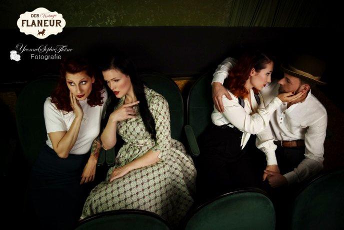 zwei Päärchen in Vintage Mode sitzen im Kino