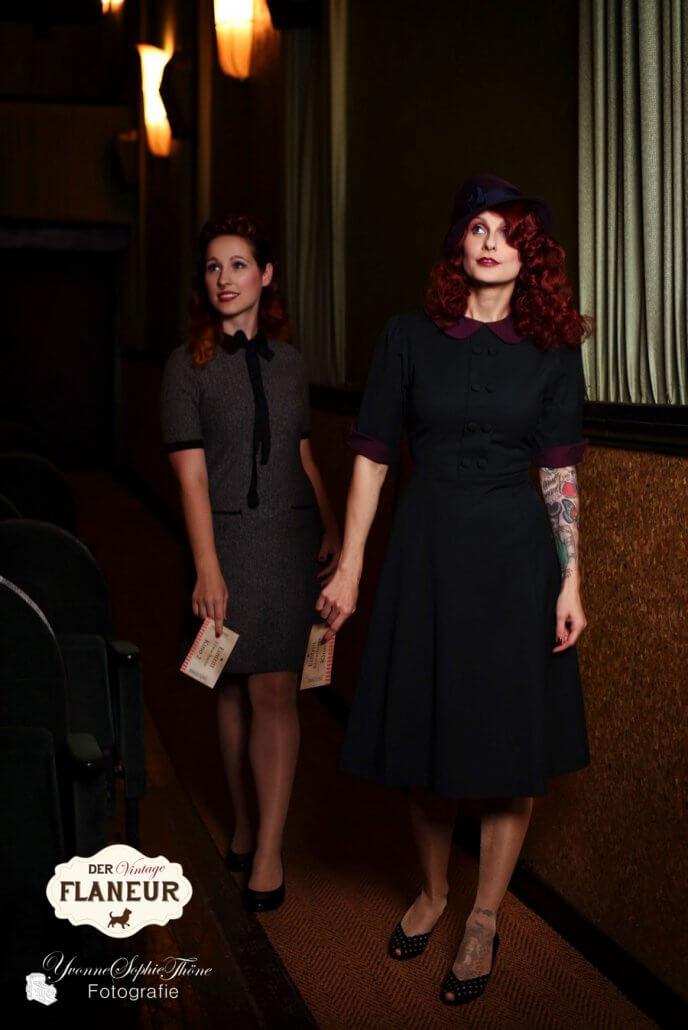 Frauen in Retrofashion suchen ihren Platz im Kino