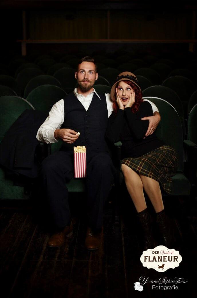 Päärchen in Vintagefashion sitzt im Kino