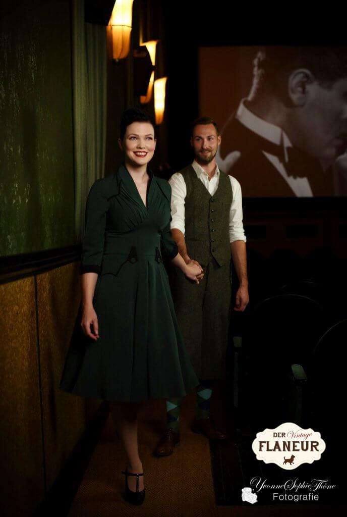 Päärchen im schicken Vintagelook verlässt Kino