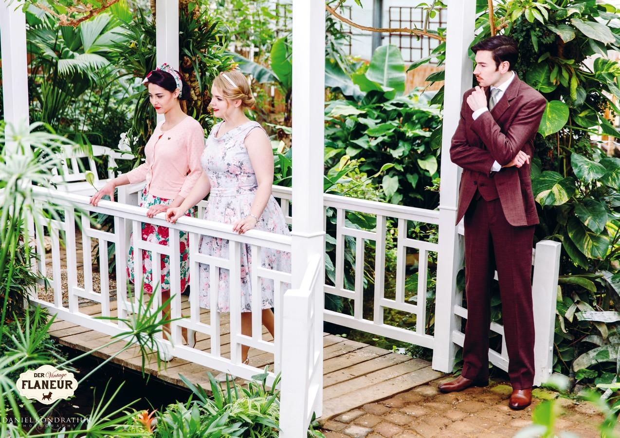 Herr und 2 Damen auf Brücke im Schmetterlingsgarten