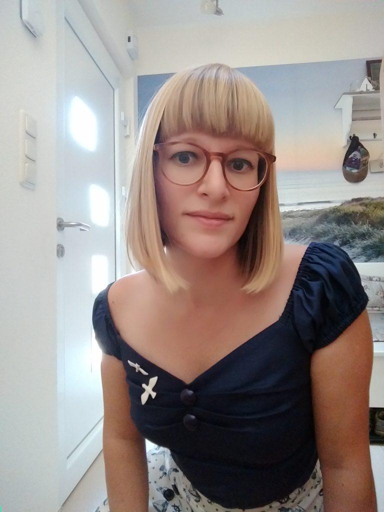 Frau mit Retrofrisur und Brille