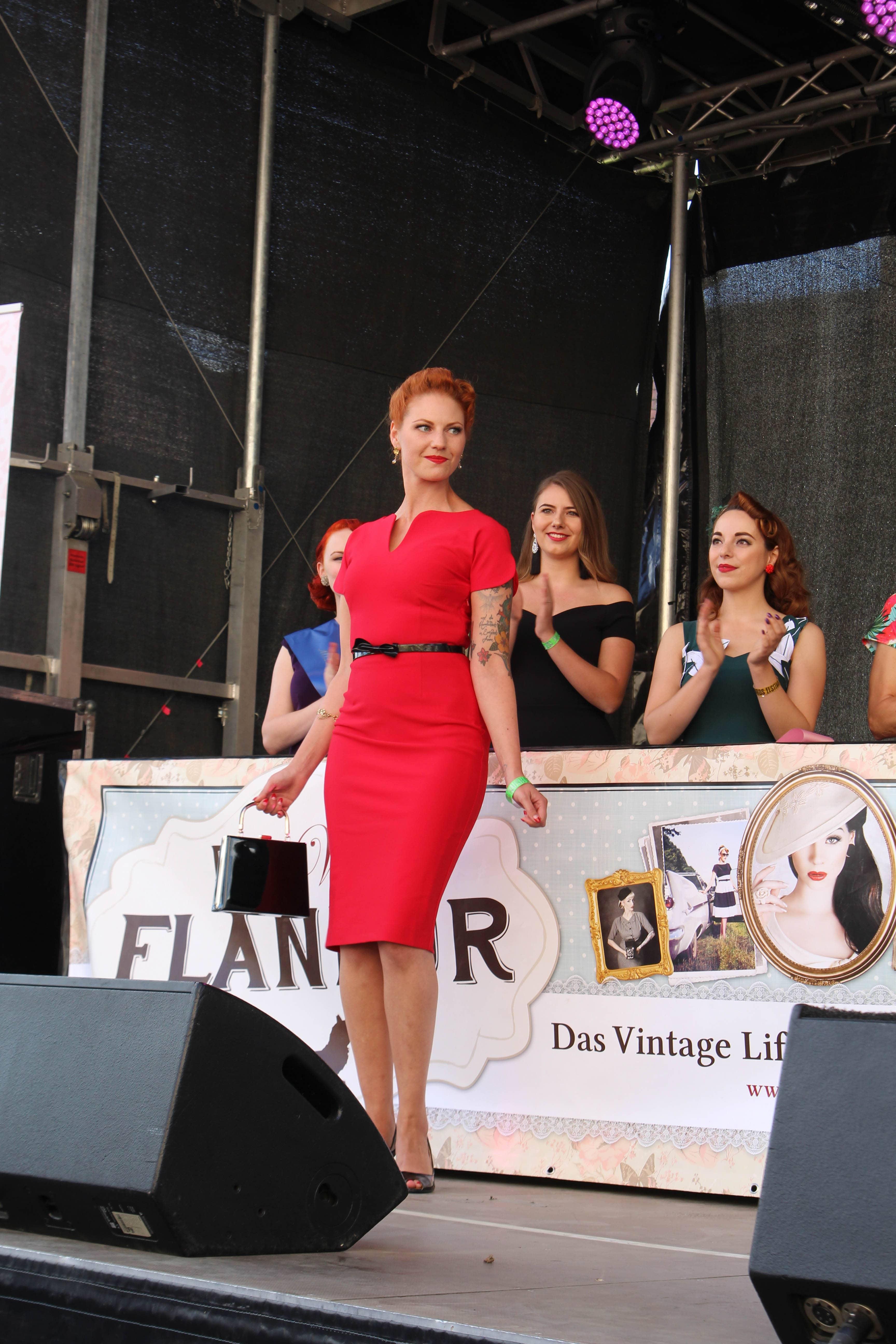 Eva van Hoven sieht umwerfend aus in feurigem Rot
