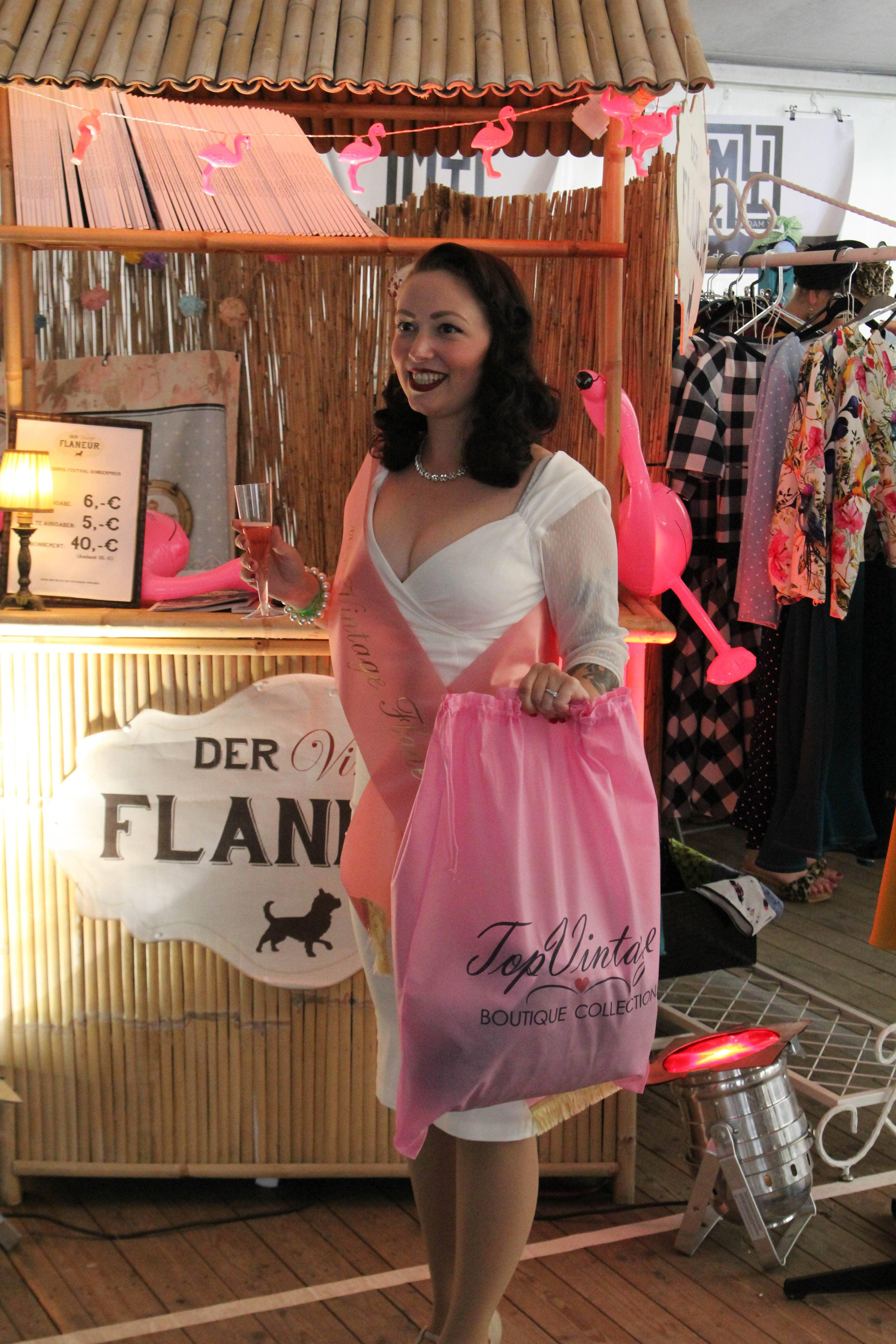 Alles aufeinmal: Miss Vintage Flaneur 2018 Lisa Carter Cash vor Vintage Flaneur Stand mit TopVintage Tüte