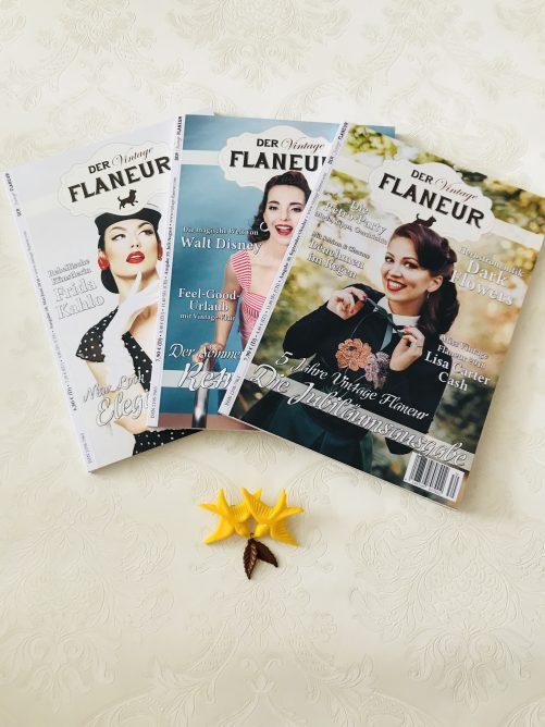 3 Ausgaben des Vintage Flaneurs mit Schwalben Brosche als Prämie