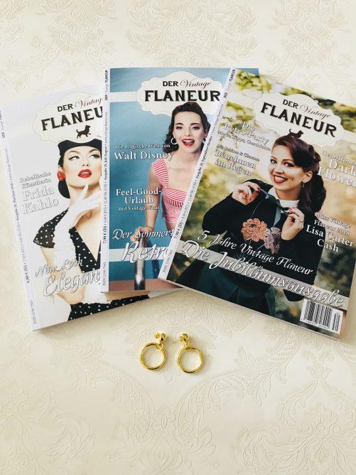 3 Ausgaben des Vintage Flaneurs mit goldenen Vintage Ohrringen