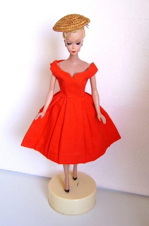 Vintage Puppe im roten Kleid und Hut
