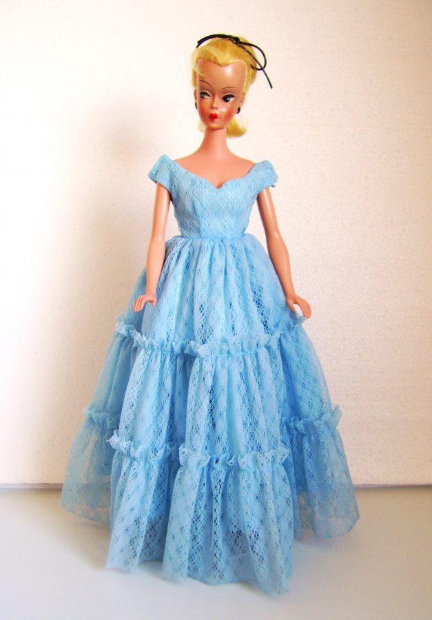 Vintage Puppe im Abendkleid