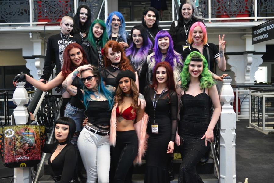 Alternativ gekleidete Menschen auf der London Edge