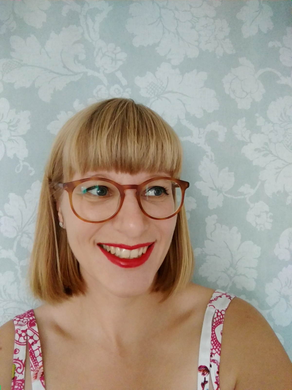 Frau im Vintagestil mit roten Lippen