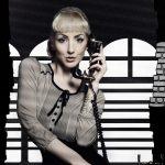 Frau im Film Noir Look am Telefon