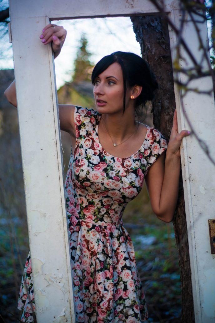 Frau in geblümten Kleid