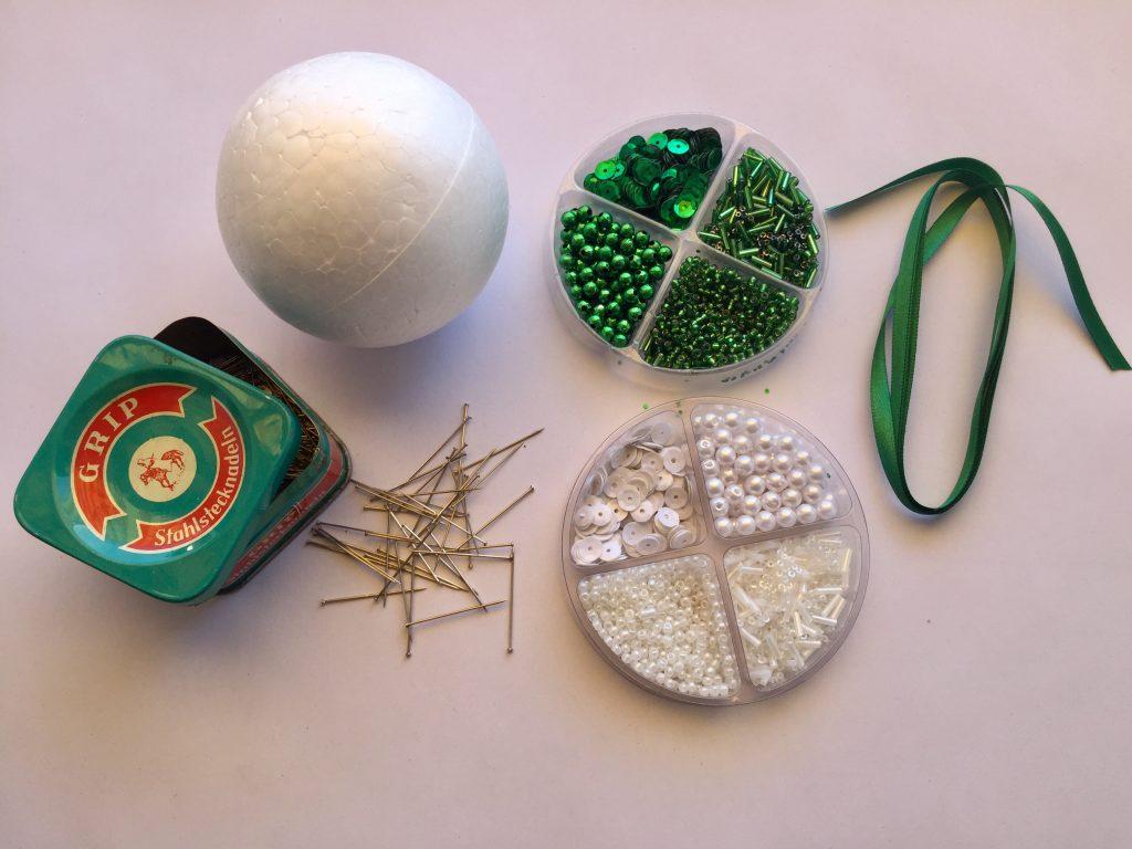 Materialien für ein DIY für Vintage Weihnachtskugeln