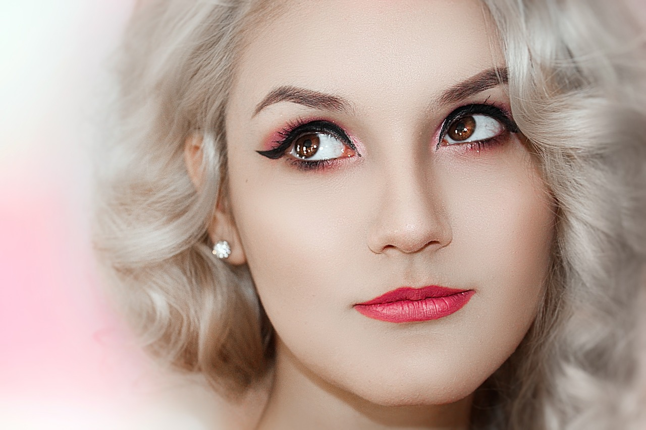 Frau mit winged eyeliner