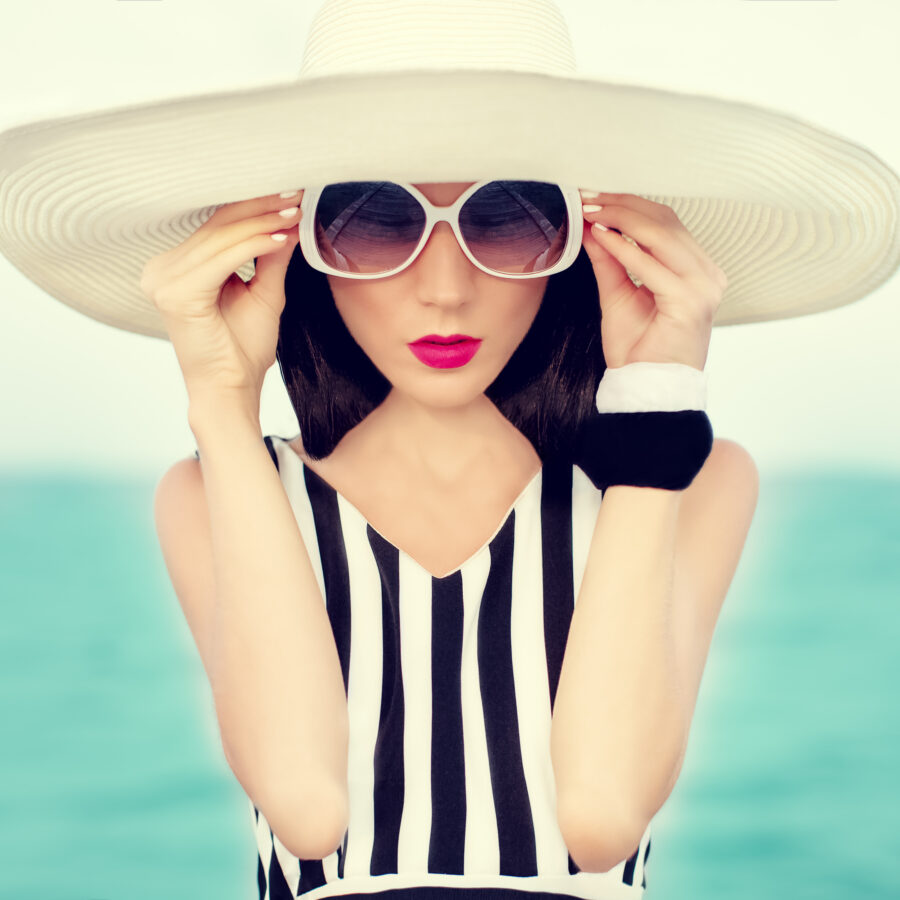 Frau mit Sonnenbrille im Vintagestyle