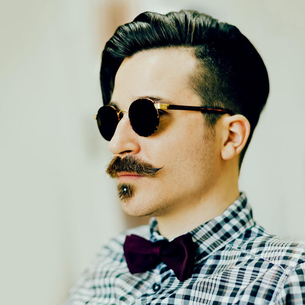 Mann mit Sonnenbrille im Vintagestyle