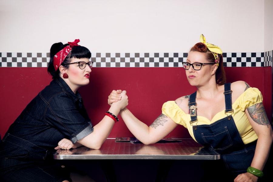 """"""" Rockabellas beim Armdrücken im Diner"""