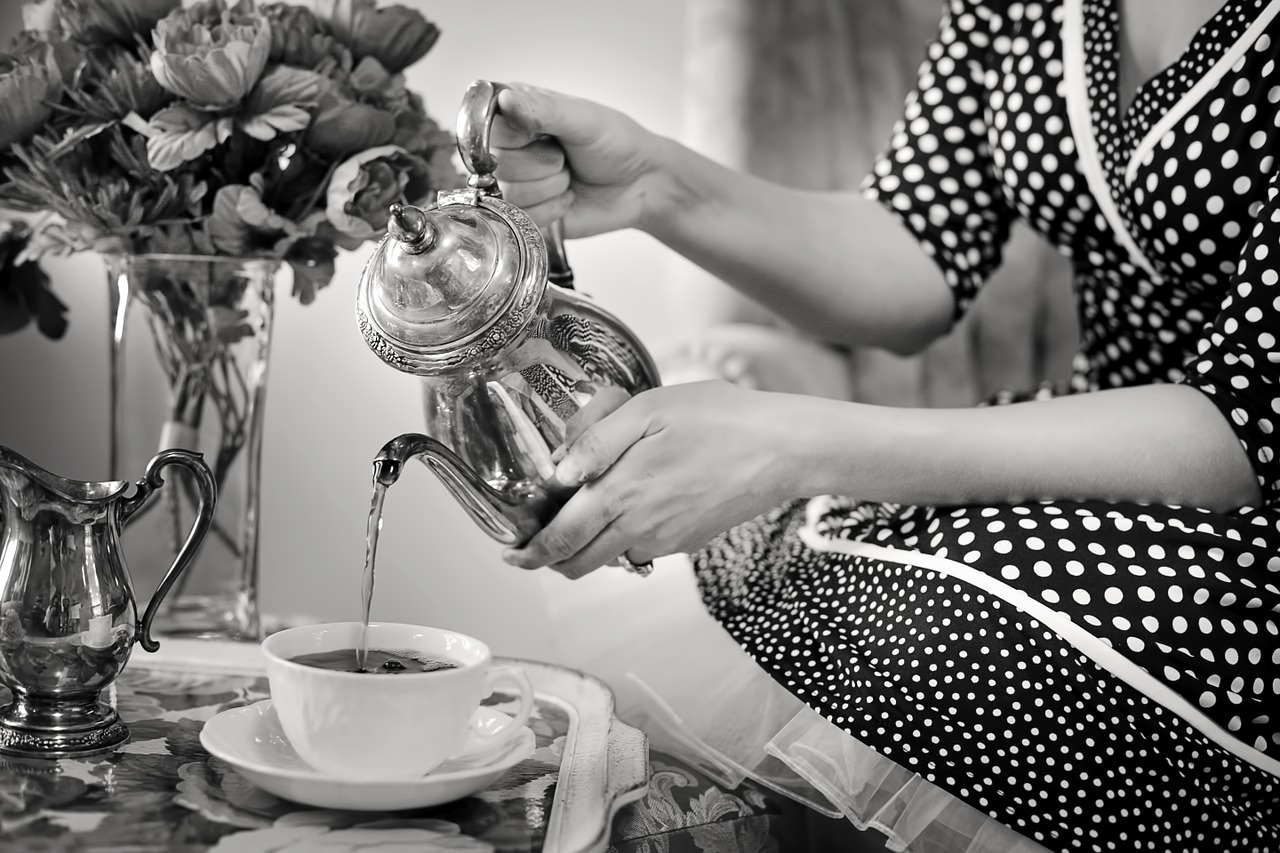 Frau im Petticoat gießt Tee ein