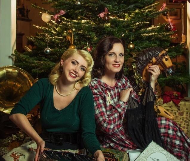 2 Frauen mit Vintage Weihnachtsgeschenk